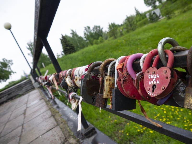 Most miłość z barwić kłódkami nowożeńcy zdjęcia royalty free