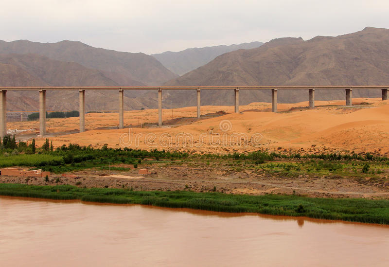 Most nad Żółtym rzecznym Huang On w Tengger pustyni, Shapotou, Chiny obrazy stock