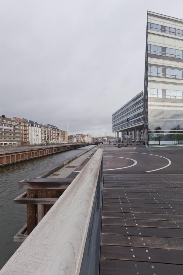 Most nad dennym kanałem przy półmrokiem i widokiem przemysłowy port w Ã… rhus fotografia royalty free
