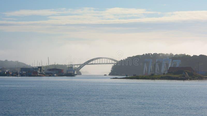 Most nad fjord na mglistym ranku obrazy stock