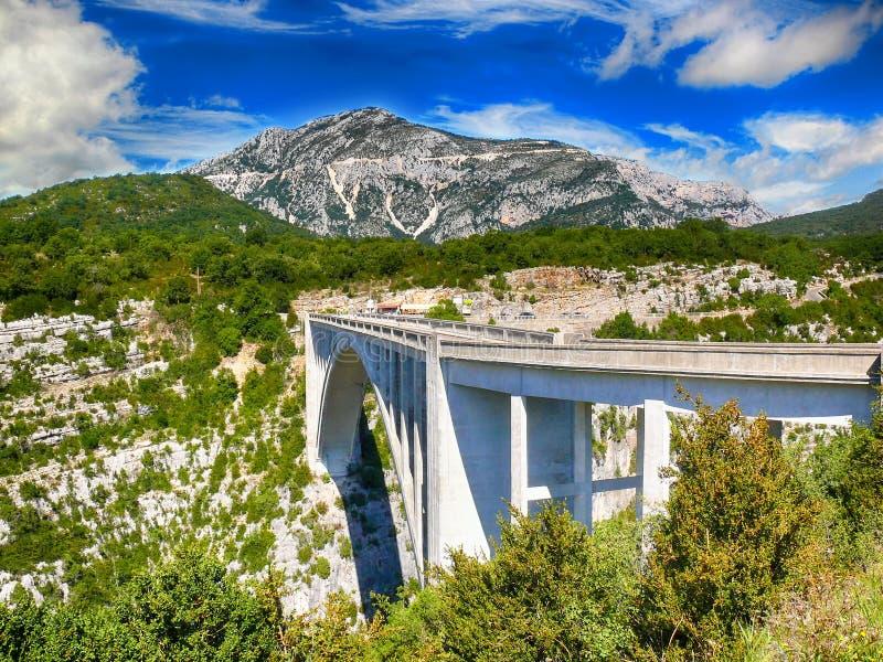 Most nad głębokim jarem Verdon w Francuskich Alps zdjęcie stock