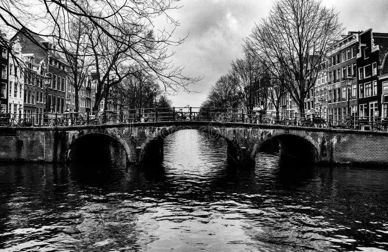 Most nad jeden kanały w Amsterdam centrum fotografia royalty free