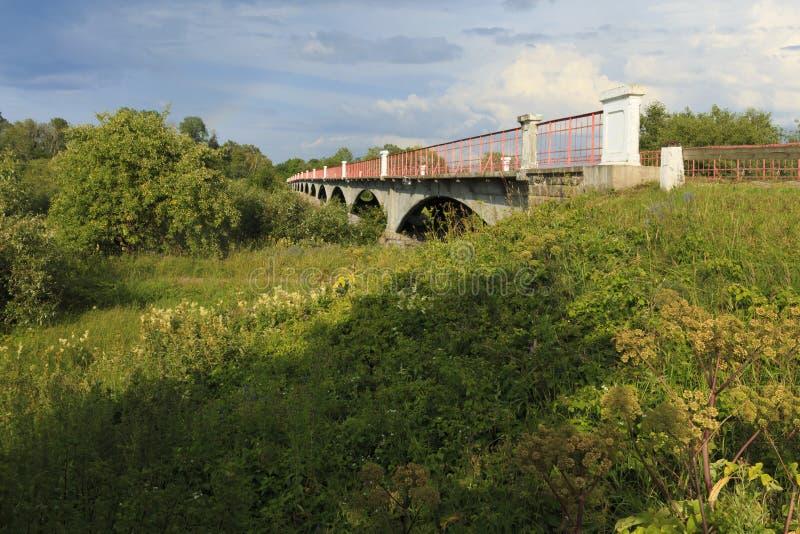Most nad kasari rzeką w lecie zdjęcie stock