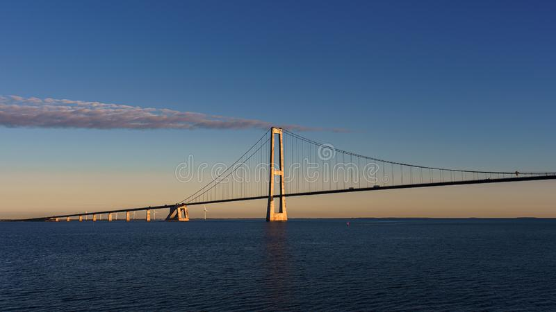 Most nad morzem na którym iść transport Ranek Słońce pięknie iluminuje most Widok od mostu obrazy stock