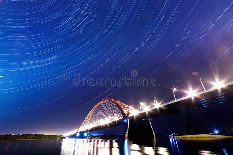 Most nad rzeczną Ob nocą fotografia royalty free