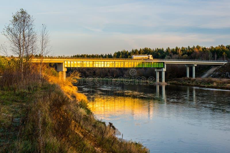 Most nad rzecznym Neris obraz royalty free