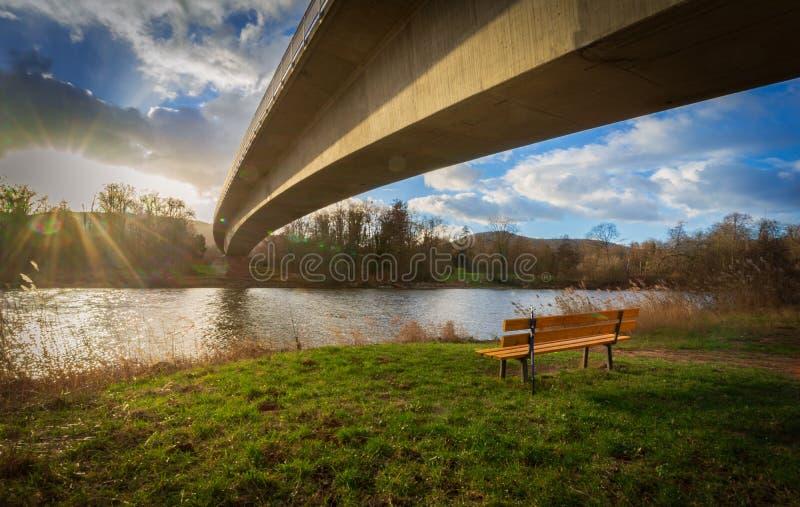 Most nad rzeką przy zmierzchem obraz stock
