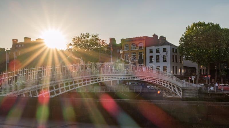 Most nad rzeką w Dublin z sunbeams i racami obrazy royalty free