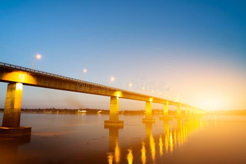 Most nad rzeką w ranku, ozdabiającym z pięknym lig fotografia royalty free