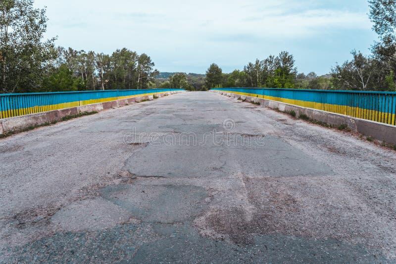 Most nad rzeką z zniszczoną asfaltową drogą w Ukraina fotografia royalty free