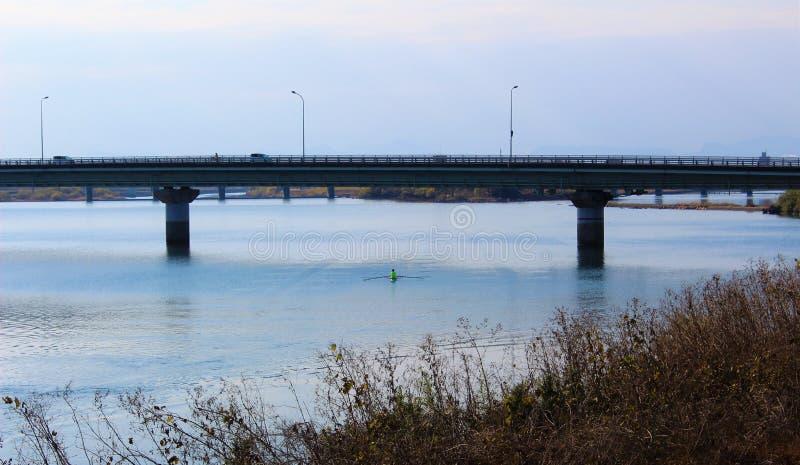 Most nad spokojną Kuma rzeką w zimy scenerii zdjęcia royalty free