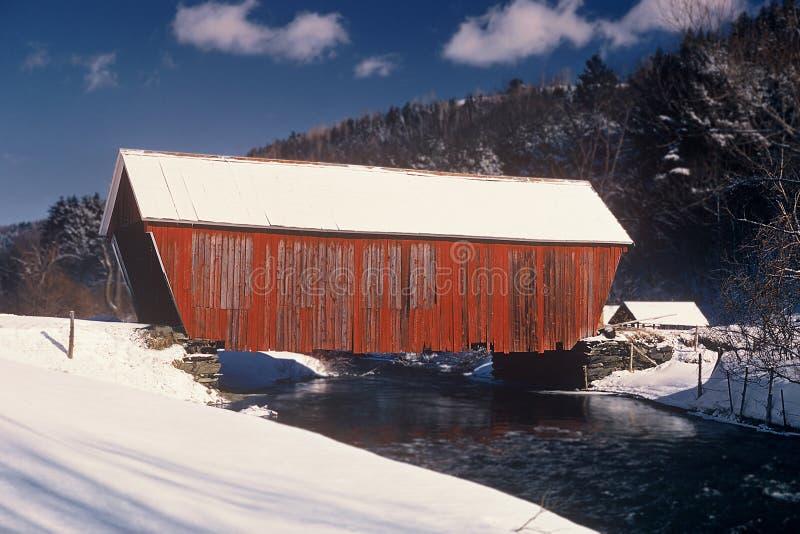 Download Most objęta czerwony zdjęcie stock. Obraz złożonej z lód - 44350