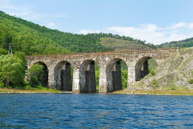 Most od kamienia na linii kolejowej zdjęcia royalty free