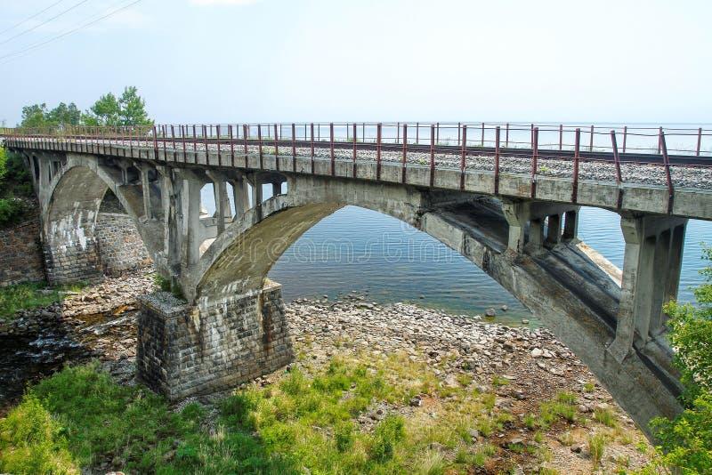 Most od kamienia na linii kolejowej obrazy royalty free
