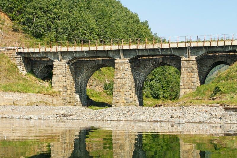 Most od kamienia na linii kolejowej fotografia stock