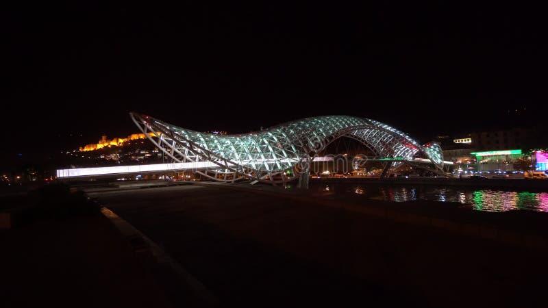 Most pokój w Tbilisi, Gruzja przy nocą obraz royalty free