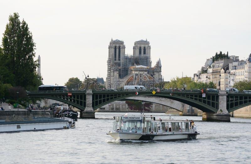 Most Pont Sully rozciąga się na rzekę Sekwana poza ruch rzeczny w Paryżu zdjęcie royalty free