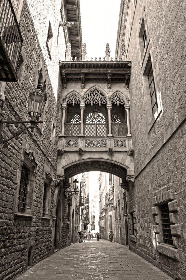 Most przy Carrer Del Bisbe w Barri Gotic, Barcelona (biskup ulica) zdjęcie stock
