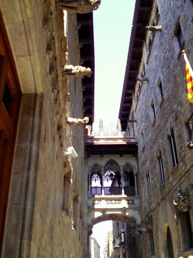 Most przy Carrer Del Bisbe w Barri Gotic, Barcelona Hiszpania obrazy royalty free