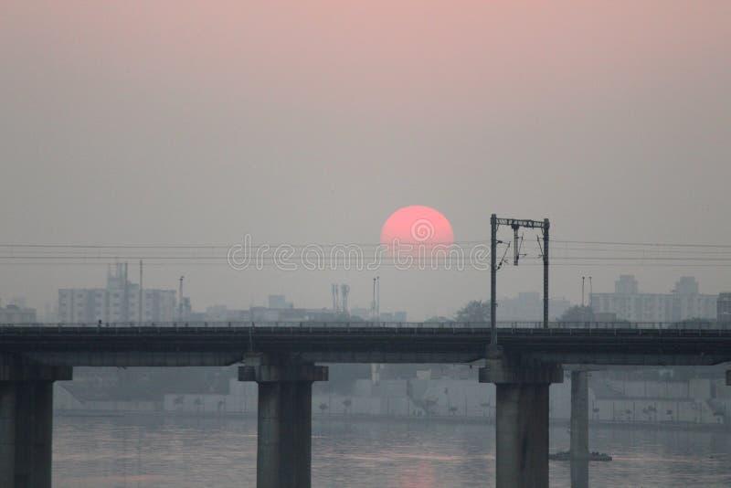 Most przy zmierzchem - Czerwony słońce obrazy stock