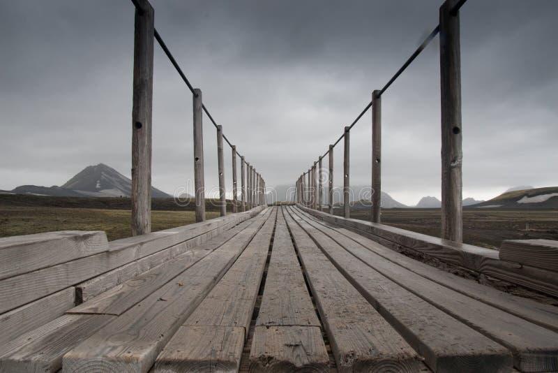 Most w krajobrazie wzdłuż wycieczkować ślad w Iceland zdjęcia stock