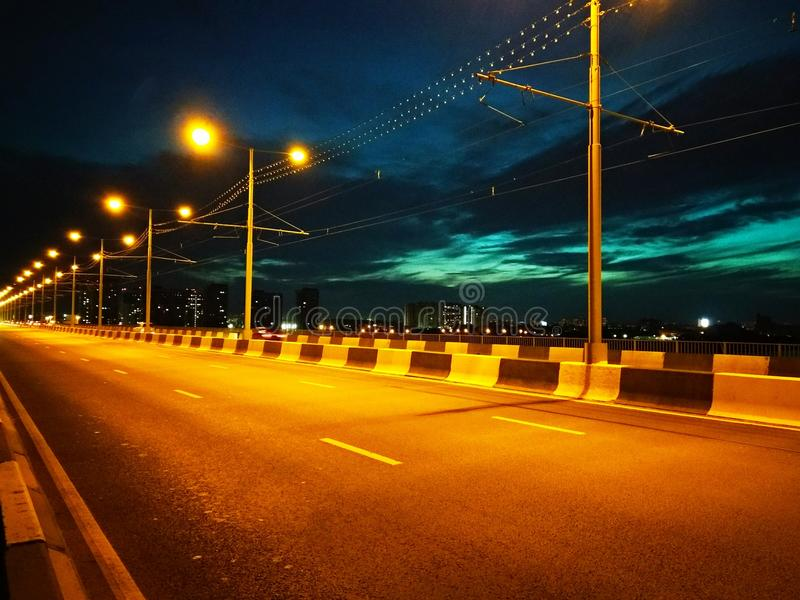 Most w nocy mieście obrazy royalty free