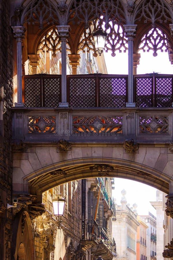 Most westchnienia w starym grodzkim Barri Gotic okręgu fotografia royalty free