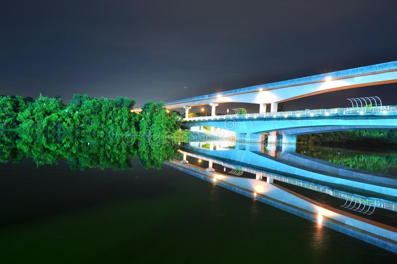 most wynoszący kolejowy rzeki pociąg obraz royalty free