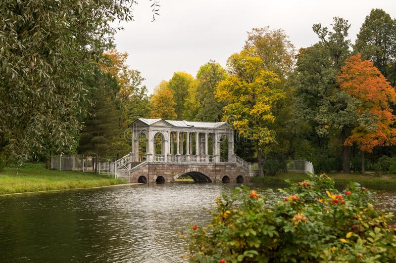 Most z kolumnami i rzeką obrazy stock