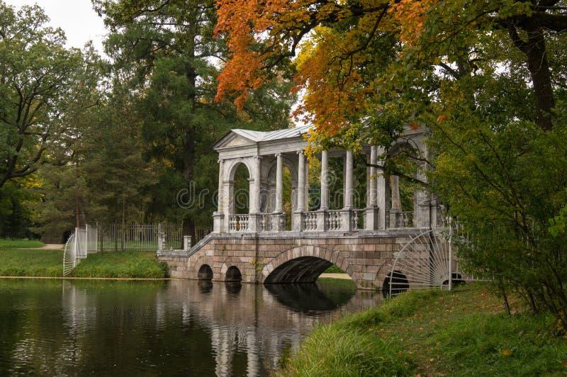 Most z kolumnami i rzeką obrazy royalty free