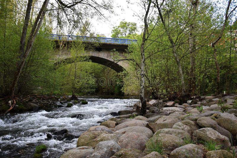 Most z półcyrkłowym łukiem zdjęcie royalty free