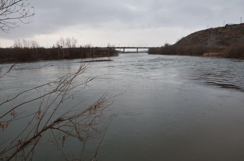Most z rzeka przepływem obraz stock