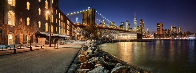 Mosta Brooklyńskiego Parkowy nabrzeże w wieczór Brooklyn, Manhattan, Miasto Nowy Jork obrazy royalty free
