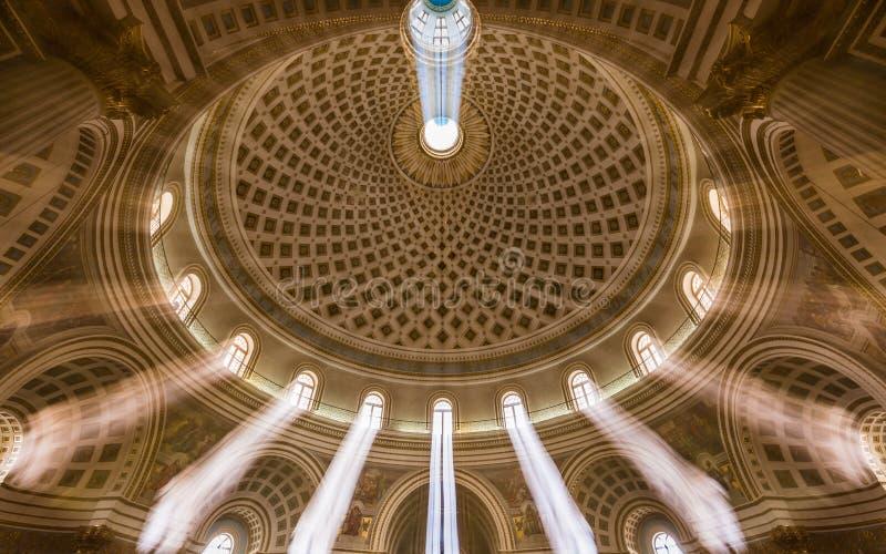 Mosta, Malta - colpo interno di esposizione lunga della cupola di Mosta Chiesa del presupposto della nostra signora conosciuta co fotografie stock