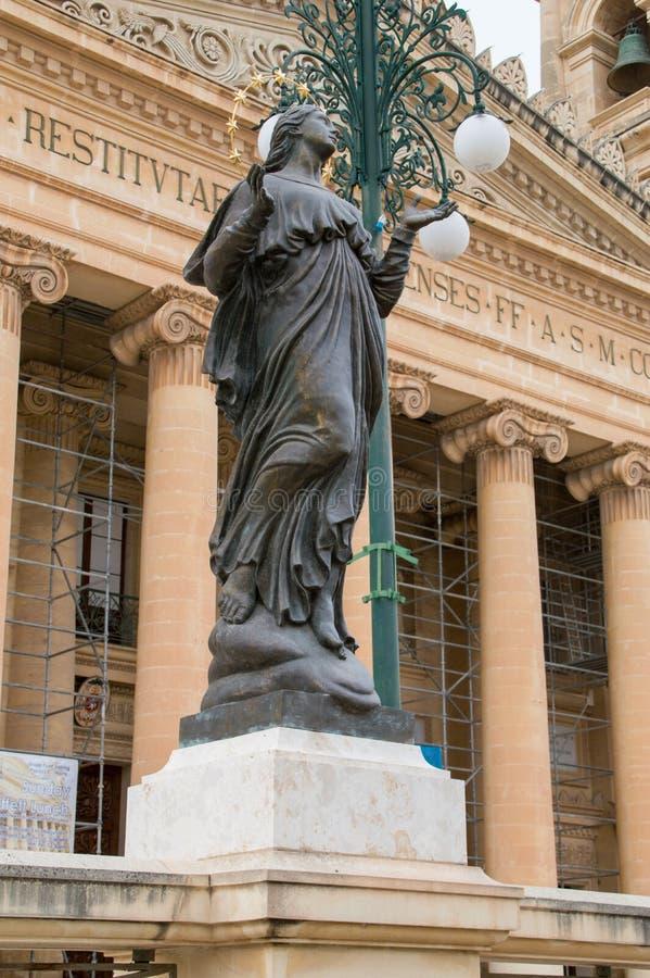 Mosta, Malta - 11 maggio 2017: Statua di vergine Maria davanti alla cupola rotunda di Mosta fotografia stock