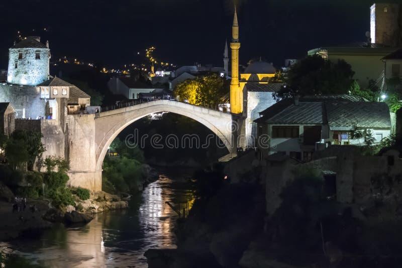 Mostar, Bósnia e Herzegovina à noite A Ponte Velha, Stari Most, com o rio Eserald Neretva imagens de stock