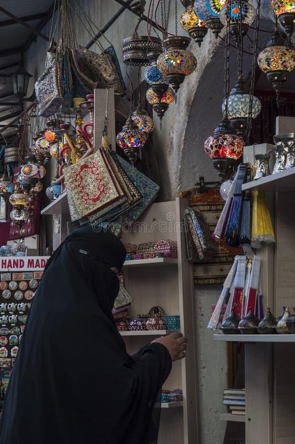 Mostar, Basar, Markt, Einkaufen, Handwerk, Frau, Islam, lokale Leute, Bosnien und Herzegowina, Europa lizenzfreie stockfotografie
