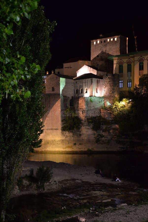 Mostar, Bosnia-Erzegovina La vecchia vista di notte della città immagine stock libera da diritti