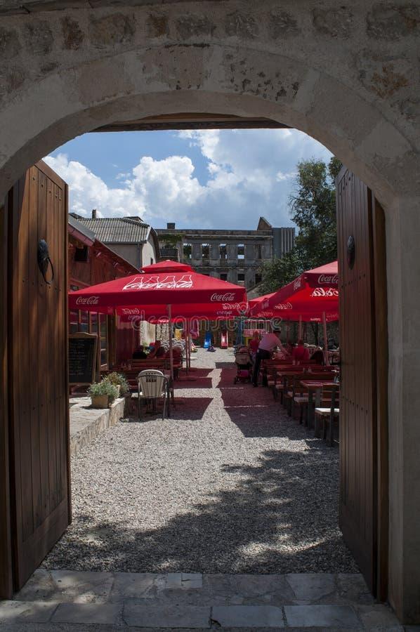 Mostar, Bosnia y Herzegovina, Europa, bombardeo, palacio, ciudad bombardeada, vieja, calle, arquitectura, caminando, horizonte, g fotos de archivo