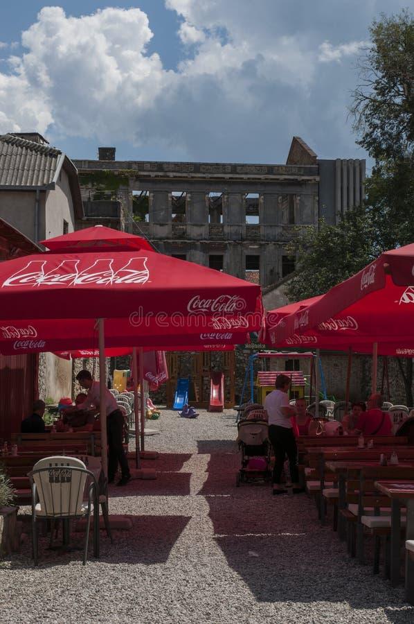 Mostar, Bosnia y Herzegovina, Europa, bombardeo, palacio, ciudad bombardeada, vieja, calle, arquitectura, caminando, horizonte, g imagen de archivo
