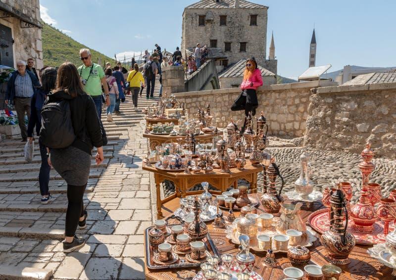 Mostar, Bosnie-Herz?govine - avril 2019 : Vieille ville de Mostar Touristes au march? par le Stari c?l?bre la plupart de pont image libre de droits