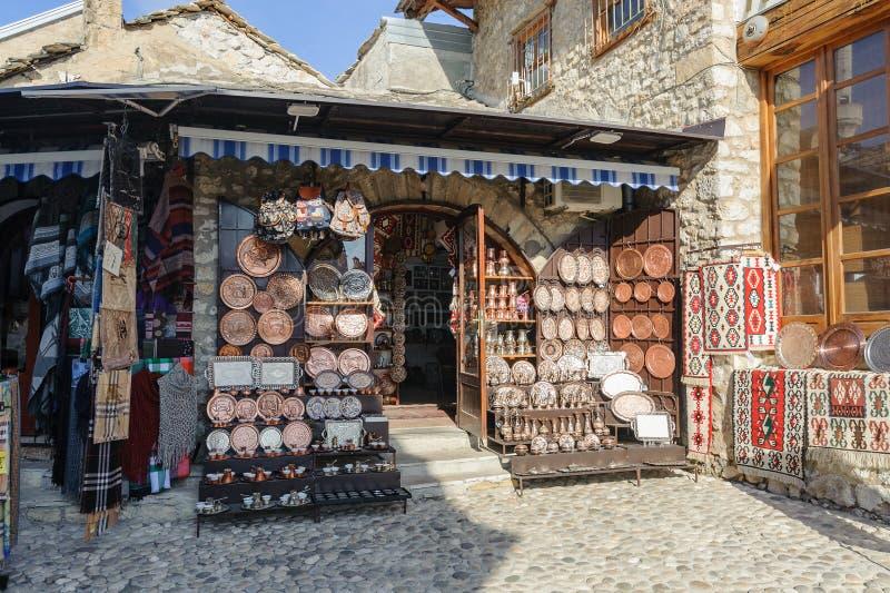 MOSTAR BOSNIEN - JANUARI 26, 2018: Öppna den touristic marknaden för gatan i den gamla staden, Mostar i Bosnien och Hercegovina N royaltyfri bild