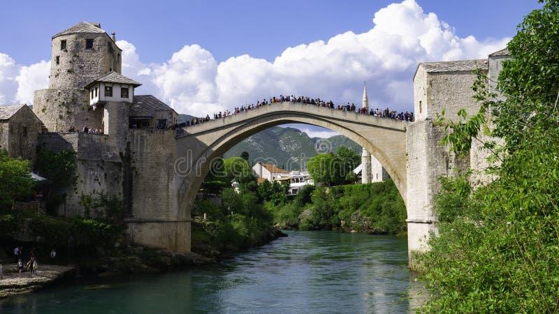 Mostar, Bosnien und Herzegowina, April 2019: Altstadt und Fluss Neretva Die Stadt wurde während des kroatisch-bosnischen Krieges  stockbilder