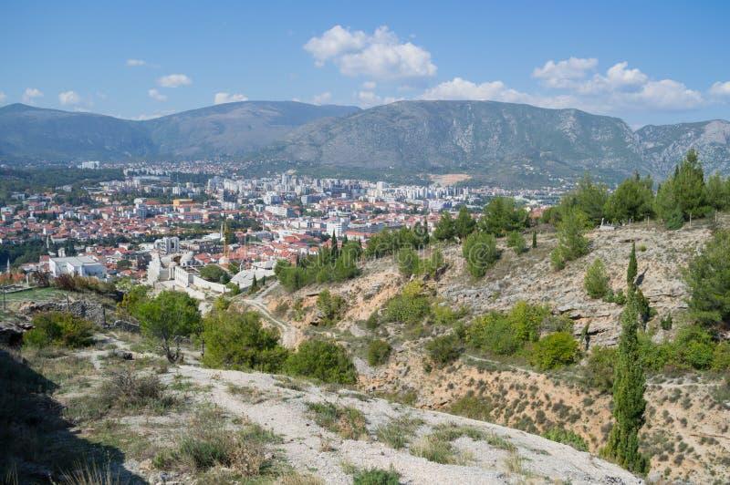 Mostar gammal stad och ny stadpanorama med bergbakgrunden royaltyfri bild