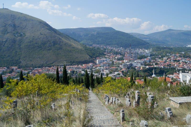 Mostar gammal stad och ny stadpanorama med kyrkogården och berget fotografering för bildbyråer