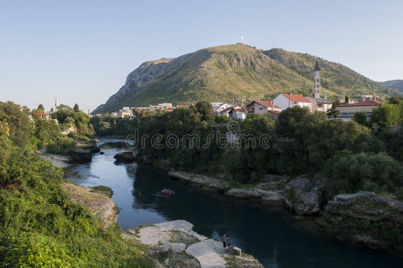 Mostar horisont, bro, Neretva, flod, moské, minaret, Bosnien och Hercegovina, Europa, dal, gräsplan, synvinkel arkivbilder