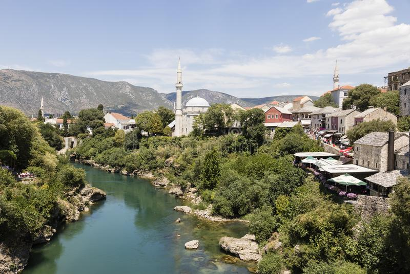 Mostar, la Bosnie et Herzegowina, le 15 juillet 2017 : Vue de la vieille ville historique de Mostar avec la rivière de Neretva images libres de droits