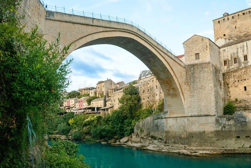 Mostar most z rzeką w starym miasteczku zgadzający się terenu teren kartografuje ważny ścieżki ulga cieniącego stan otaczający te fotografia stock