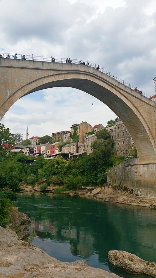 Mostar och dess berömda bro, Bosnien royaltyfri bild