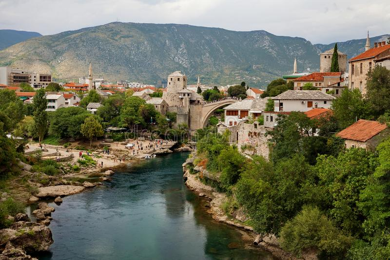 Mostar - río viejo del puente y de Neretva, Bosnia y Herzegovina imagen de archivo libre de regalías